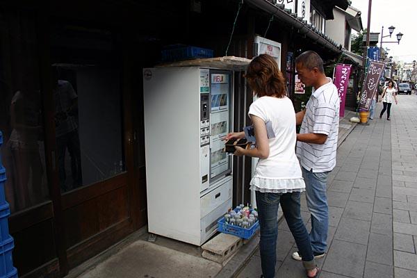 時の鐘の牛乳自動販売機