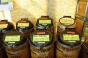 樽に入ったコーヒー豆