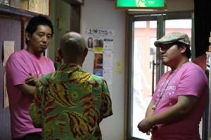 スカラ座ロビーで観客の方と話される入江監督、駒木根さん