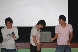 「傘」たかひろや監督(左)と主演の佐藤勇真さん(中)、助演の森谷勇太さん(右)