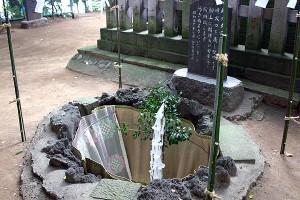 富士山の噴火口を現した岩穴