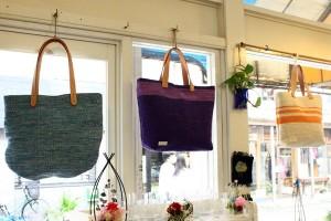 夏らしい裂き織りのバッグ