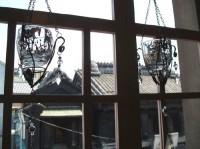 窓から見える蔵造り