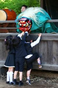 獅子舞と子供たち