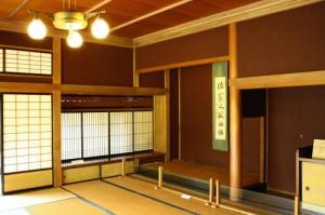 絞り丸太の床柱のある部屋