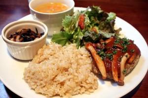 豆腐ハンバーグと玄米のプレート