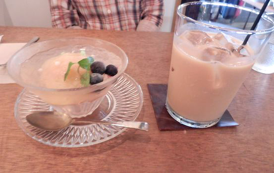 アイスカフェオレと桃のコンポート