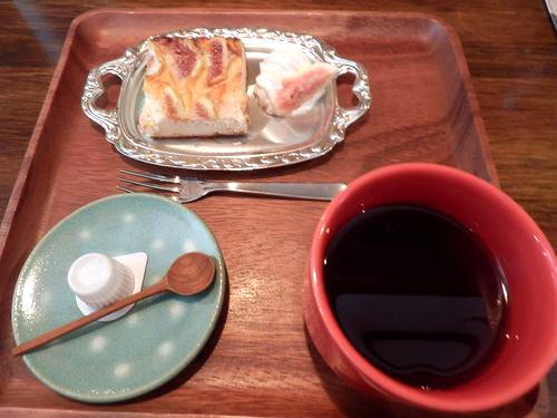 ホットコーヒーと焼きいちじくのチーズケーキ