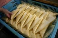 経木で納豆を包み込む