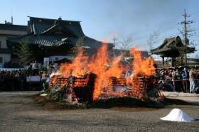 火のついた護摩壇