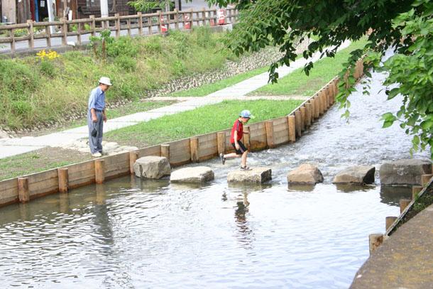新河岸川を渡る子供