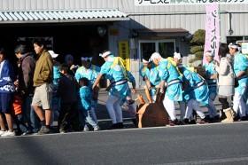 臼を曳き、餅をつきながら菅原神社へ移動